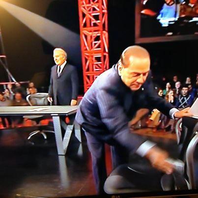 berlusconi pulisce la sedia dove era seduto travaglio