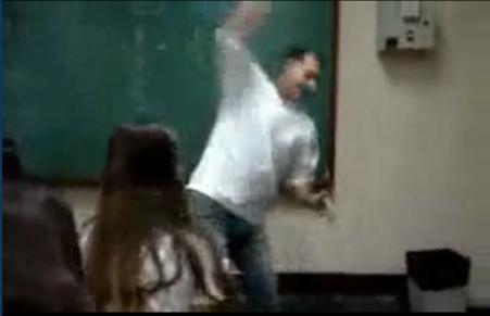 maestro brasiliano distrugge telefono alunna