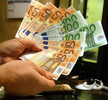 CRISI TAGLIA STIPENDI, PERSI 830 EURO RISPETTO AL 2010
