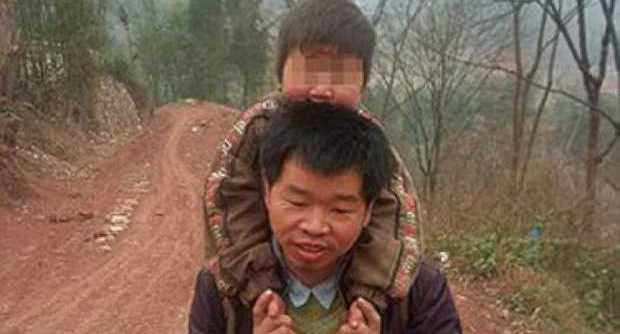papà porta figlio disabile in spalla
