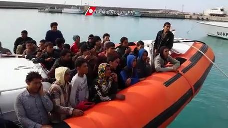 Immigrazione: notte di soccorsi per mezzi Mare Nostrum